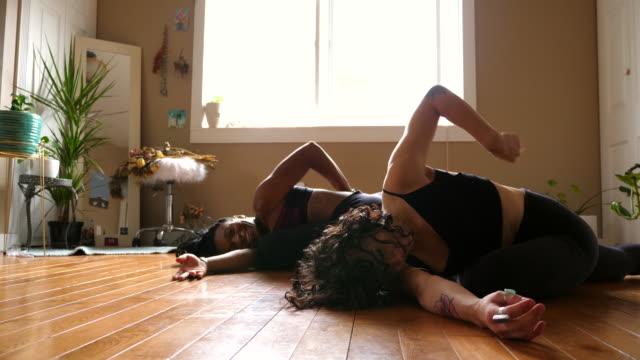 vídeos de stock, filmes e b-roll de ms woman practicing yoga in home with friend - sutiã para esportes