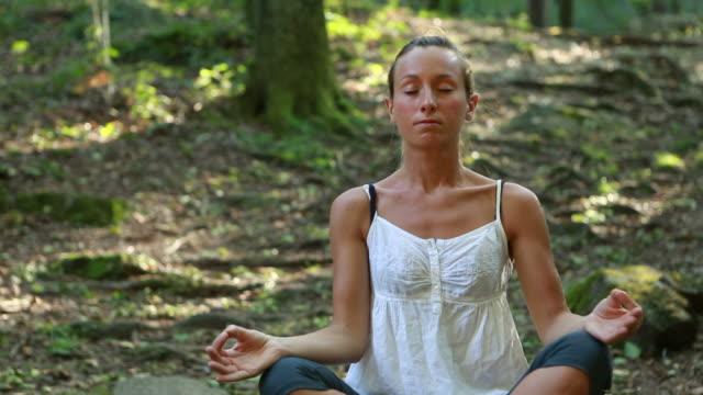 vidéos et rushes de femme pratiquant le yoga dans la nature - sans mise au point and équilibre