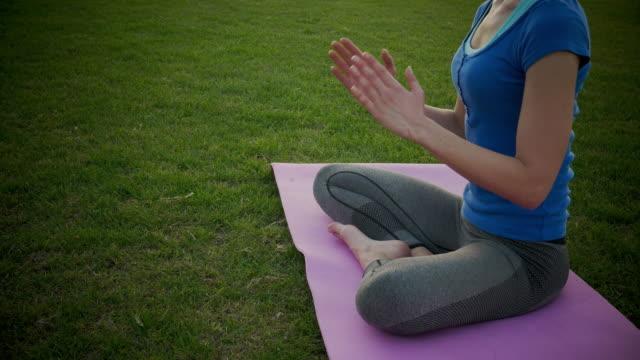 vídeos y material grabado en eventos de stock de mujer practicar yoga  - vriksha asana