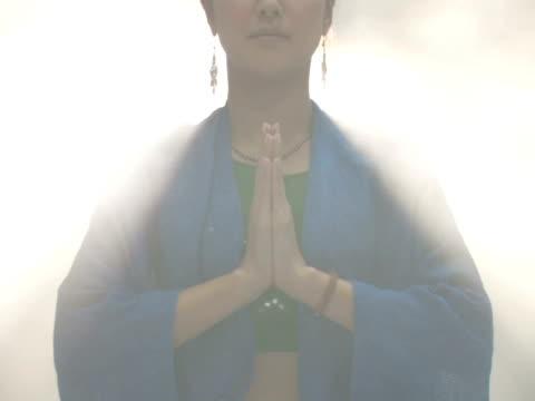 woman practicing yoga - einzelne frau über 30 stock-videos und b-roll-filmmaterial
