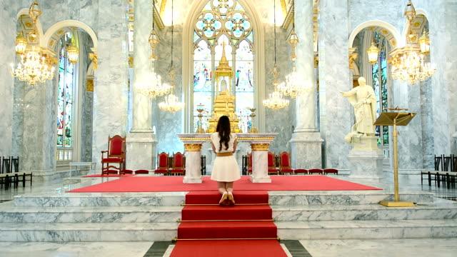 Vrouw bid In een mooie Chruch