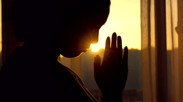 woman praying at sunset - cristianesimo video stock e b–roll