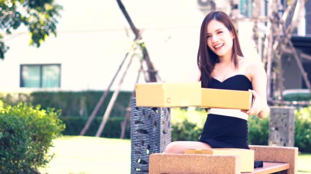 vídeos y material grabado en eventos de stock de mujer preparar envases para enviar a cliente - haz de luz
