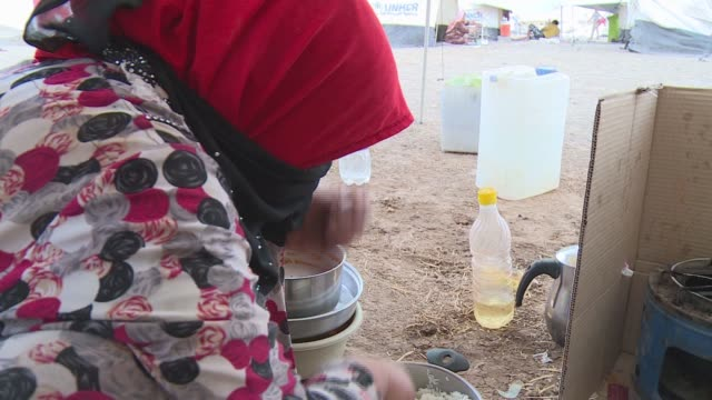 woman preparing a meal bhadra refugee camp - isil konflikt stock-videos und b-roll-filmmaterial