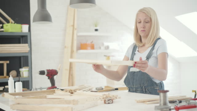 vídeos de stock, filmes e b-roll de mulher preparando colmeia na oficina - pinta