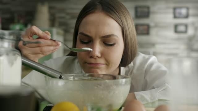 ケーキを準備する女性 - 表す点の映像素材/bロール