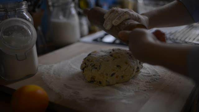 vídeos de stock, filmes e b-roll de woman preparing dough for christmas stollen. - rolo de pastel