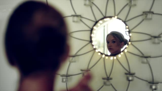 女性のエレガントなボールの準備 - ドレス点の映像素材/bロール