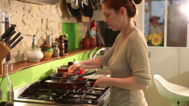 stockvideo's en b-roll-footage met woman preparing the meal - koken eten koken