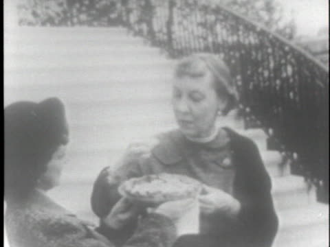 vídeos de stock, filmes e b-roll de woman presents us first lady mamie eisenhower with a pie. - pie humano