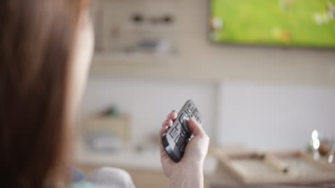 vídeos de stock, filmes e b-roll de mulher, pressionando os botões do controle remoto - assistir tv