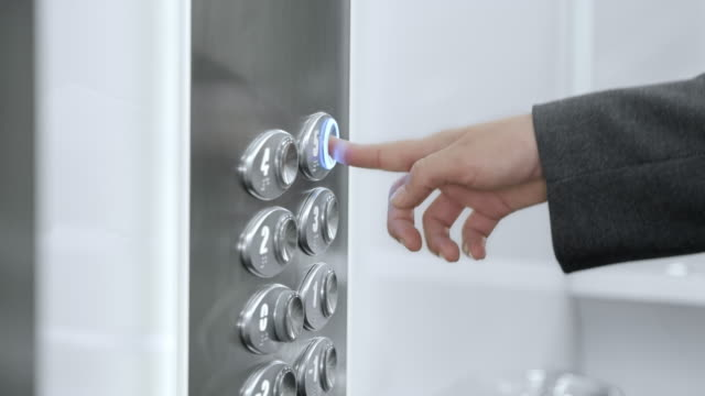 SLO, MO, DS Frau Bügelservice im Aufzug Knopf
