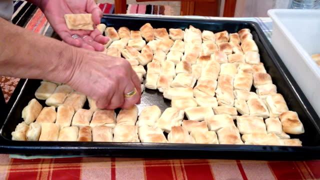 vídeos de stock, filmes e b-roll de mulher coloca sopros mini cozidos na panela de - crocante