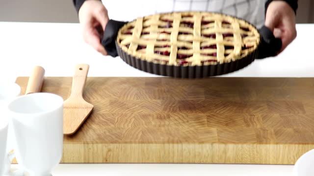 vídeos y material grabado en eventos de stock de mujer poniendo un pastel al horno de mostrador - pastel dulce