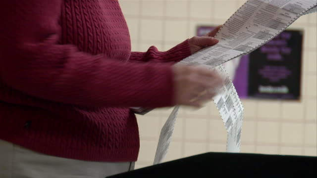 cu, woman putting ballots into machine, mid section, ypsilanti, michigan, usa - ypsilanti bildbanksvideor och videomaterial från bakom kulisserna