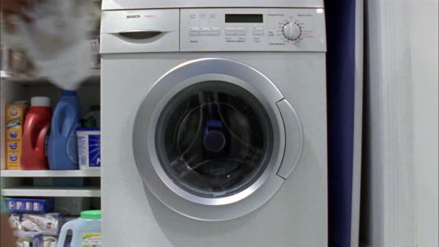 vidéos et rushes de ms woman putting dirty clothes into washing machine, new york city, new york, usa - machinerie