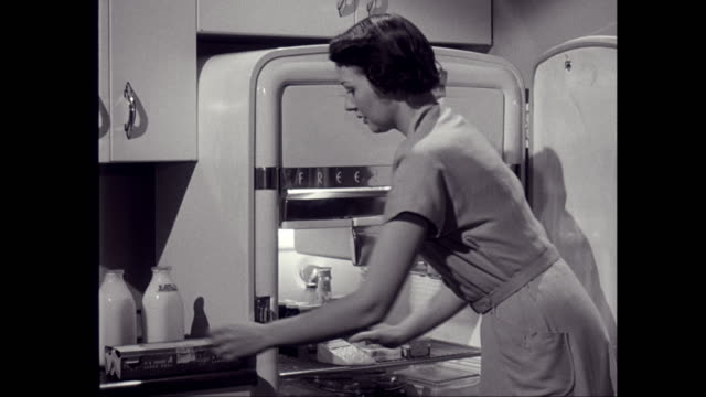 stockvideo's en b-roll-footage met ms zo woman putting groceries into refrigerator / united states - organisatie