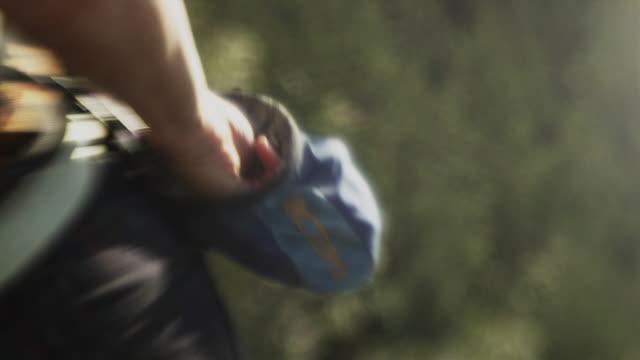 vídeos de stock, filmes e b-roll de slo mo cu defocus woman putting hand into rosin bag while on cliff, squamish, british columbia, canada - pacote de talco