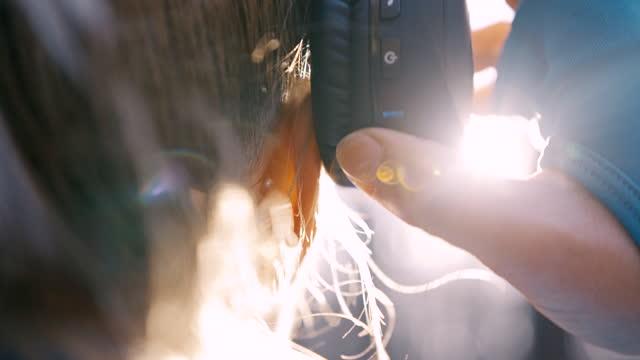 vídeos y material grabado en eventos de stock de slo mo mujer poniéndose auriculares en la cabeza mientras está en el bosque - auriculares una persona escapismo vista posterior cabeza y hombros