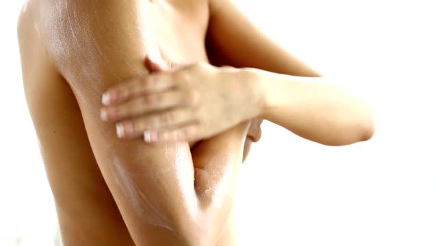 Frau putting-Körperlotion auf, die Ihre Haut.