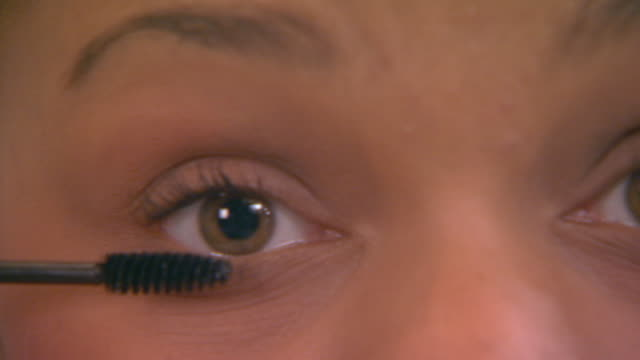vidéos et rushes de woman putting on makeup, extreme close up - mascara