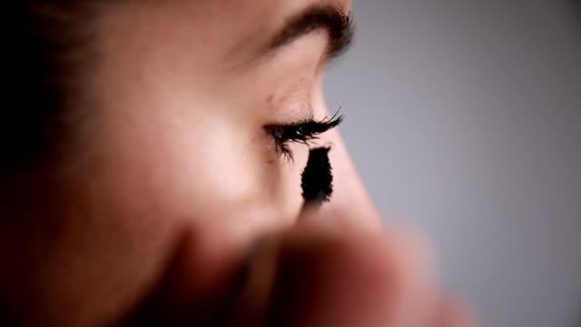 Frau putting mascara auf. Nahaufnahme.