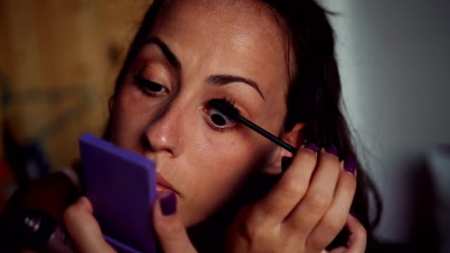 Frau putting mascara auf