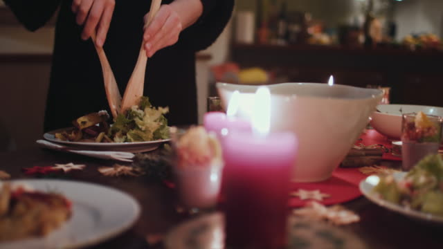 woman putting salad on plate - speisezimmer stock-videos und b-roll-filmmaterial