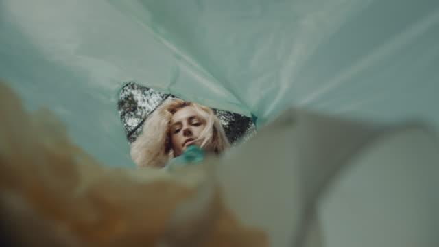 ビニール袋にゴミを入れる女性 - 再生利用点の映像素材/bロール