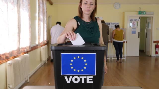 4K: femme mettant aux voix dans l'Union européenne-urne - référendum