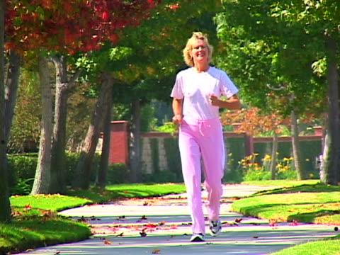 woman race walking - nur frauen über 40 stock-videos und b-roll-filmmaterial