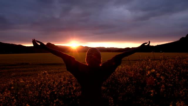 DOLLY HD: Donna alzando le mani In aria