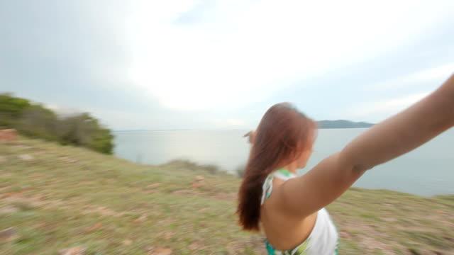 女性彼女の腕を上げる - 腕を広げる点の映像素材/bロール