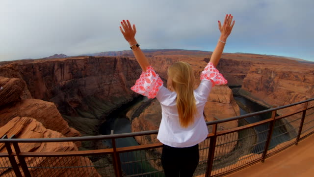 vídeos de stock e filmes b-roll de woman raising her hands, canyon, usa - grand canyon national park
