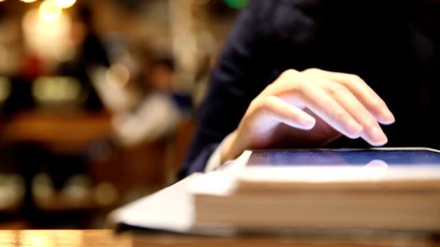 Vrouw lees E-boek met digitale tablet in de bibliotheek
