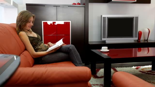 女性の読書室 - 片付いた部屋点の映像素材/bロール