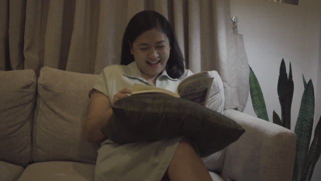 vídeos y material grabado en eventos de stock de mujer leyendo un libro - sólo mujeres jóvenes