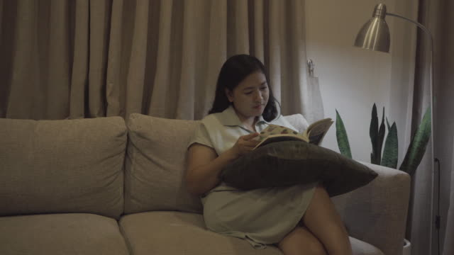 vídeos de stock e filmes b-roll de woman reading a book - só mulheres jovens