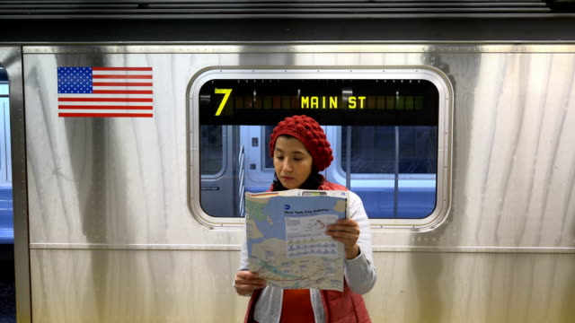 woman reading a subway map, new york city - zahl 7 stock-videos und b-roll-filmmaterial