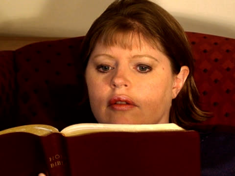 donna lettura bibbia - nuovo testamento video stock e b–roll