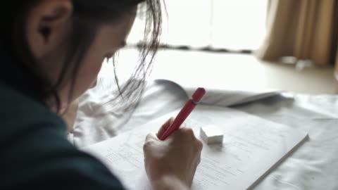 vídeos y material grabado en eventos de stock de mujer lectura libro para exámenes, estudio para el examen - examen
