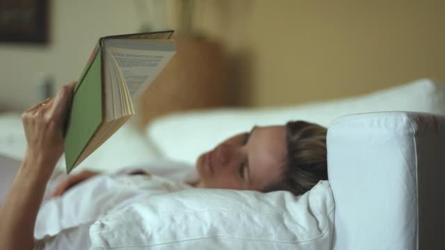 vídeos de stock e filmes b-roll de cu ds woman reading book on sofa / potsdam, brandenburg, germany - 40 44 anos