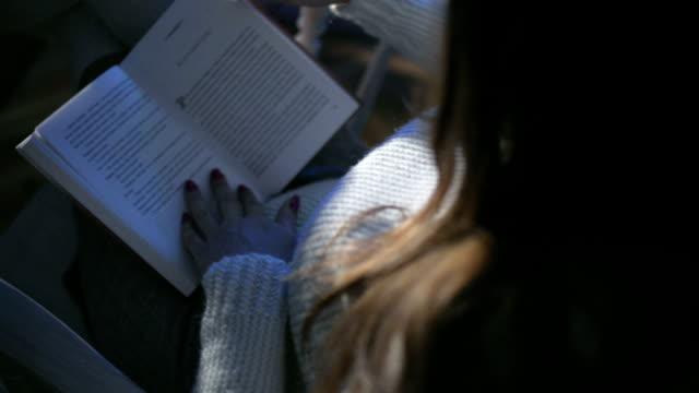 stockvideo's en b-roll-footage met vrouw leesboek - schommelen schommelstoel