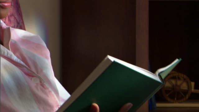 woman reading book - andere clips dieser aufnahmen anzeigen 1282 stock-videos und b-roll-filmmaterial