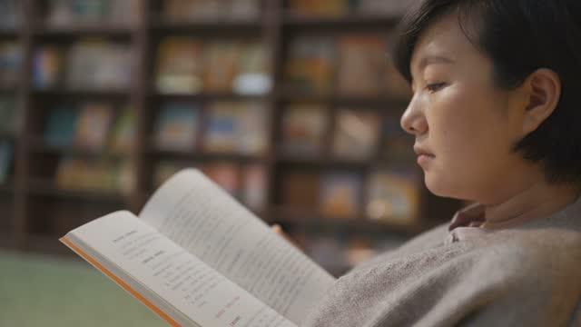 lettura donna - letteratura video stock e b–roll