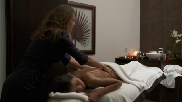 vídeos de stock e filmes b-roll de ms woman receiving back massage / brussels, belgium - mesa de massagem