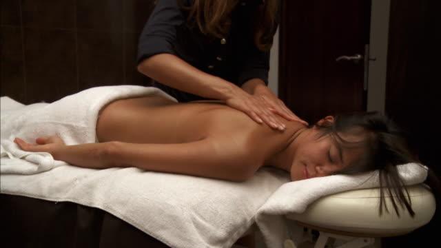 vídeos y material grabado en eventos de stock de ms tu woman receiving back massage in salon / brussels, belgium - mujeres de mediana edad