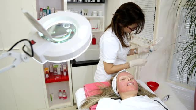 vídeos de stock, filmes e b-roll de mulher recebendo injeção de botox - cirurgia plástica