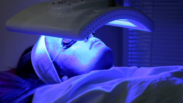 vídeos de stock, filmes e b-roll de mulher recebendo injeção de botox - dermatologia