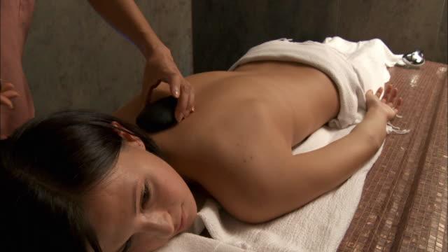 vídeos de stock, filmes e b-roll de cu woman receiving lastone therapy / brussels, belgium - lastone therapy